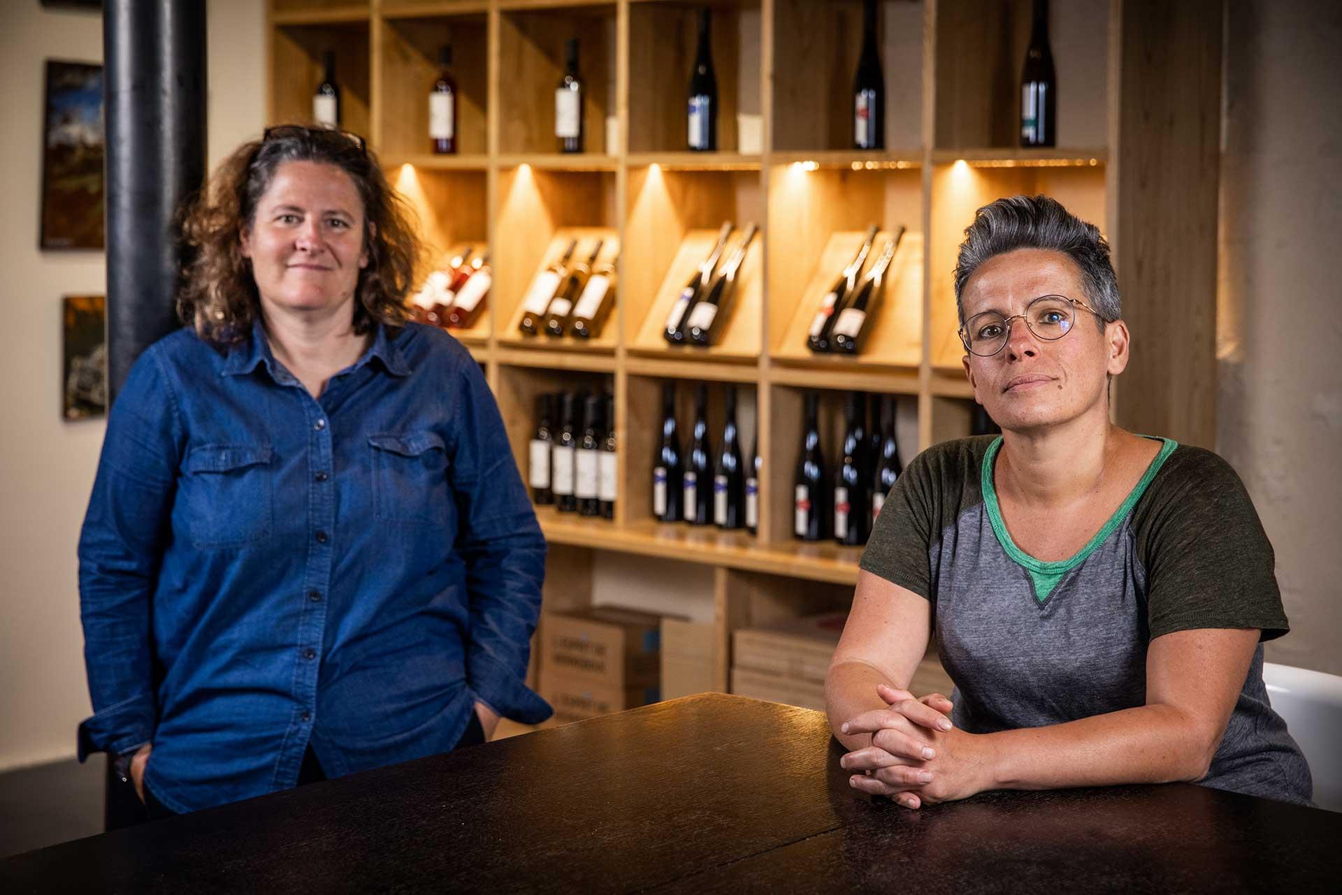 Carine & Hélène dans le nouveau caveau de ventes du domaine de Herrebouc