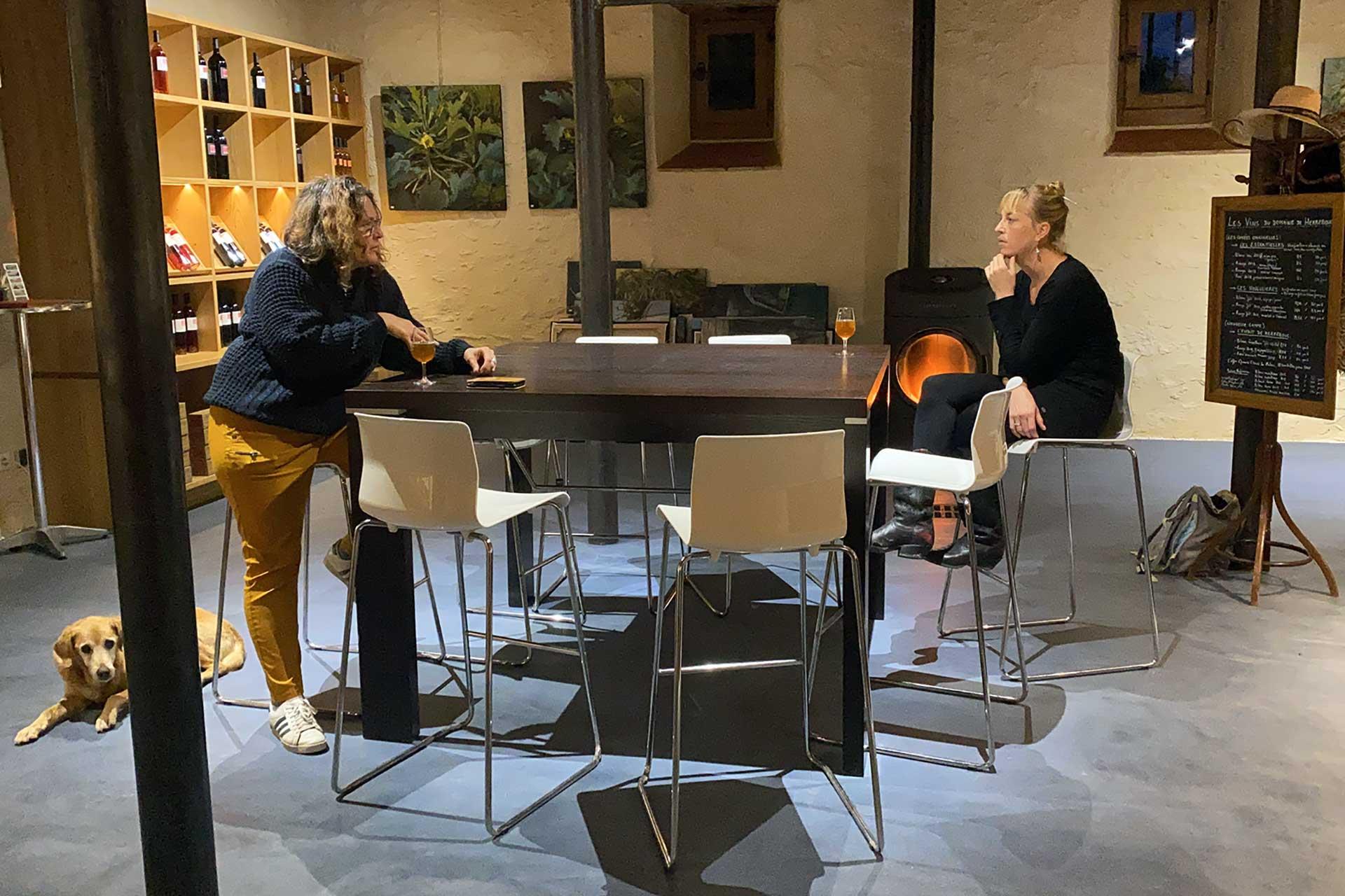 Dégustation de vins à Herrebouc autour d'une table