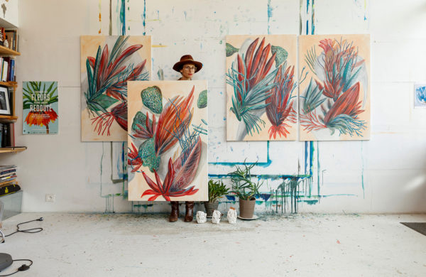 L'artiste peintre Carla Talopp devant ses oeuvres