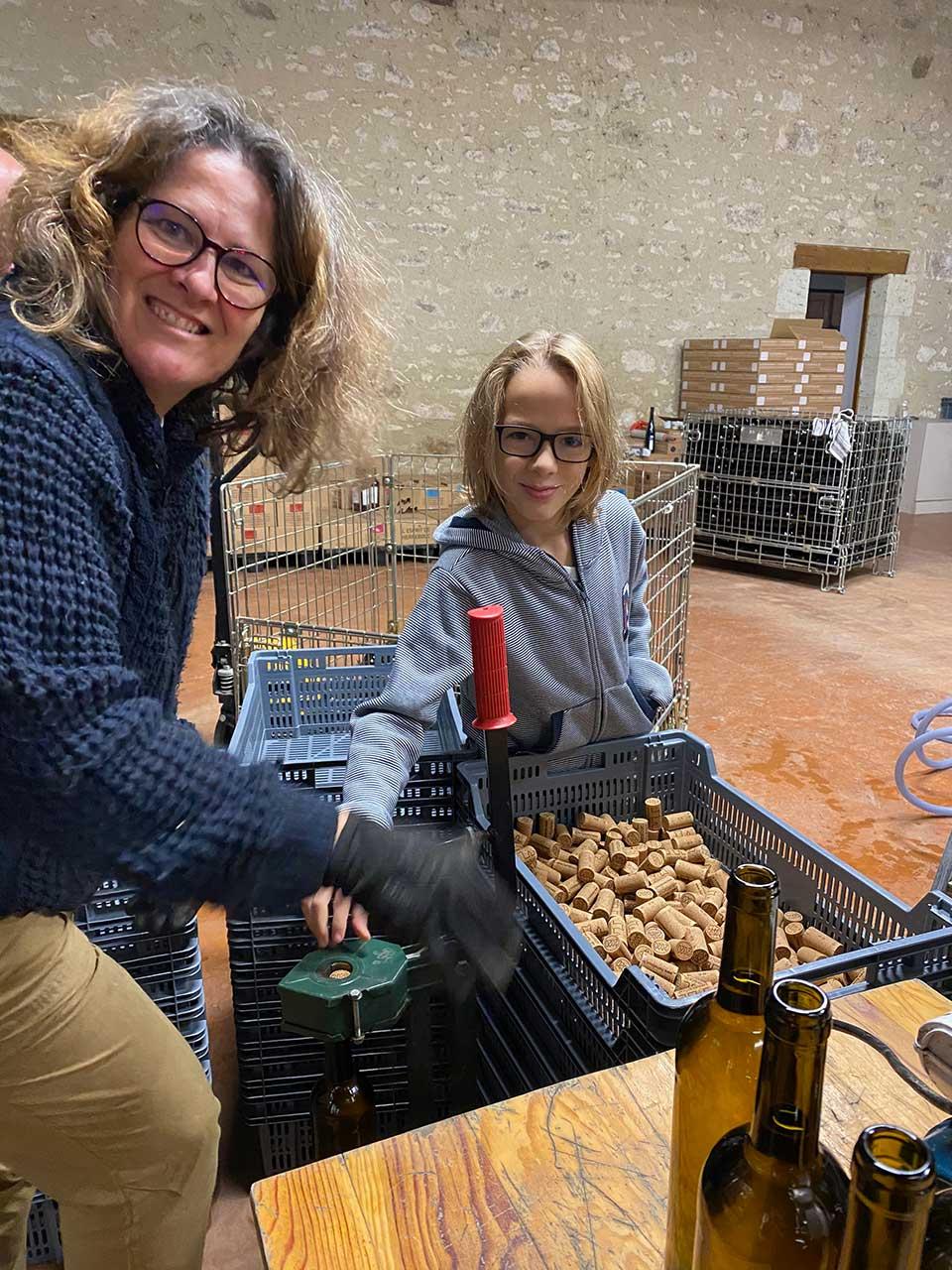 bouchonnage du premier vin primeur de Herrebouc, un blanc sec 2020